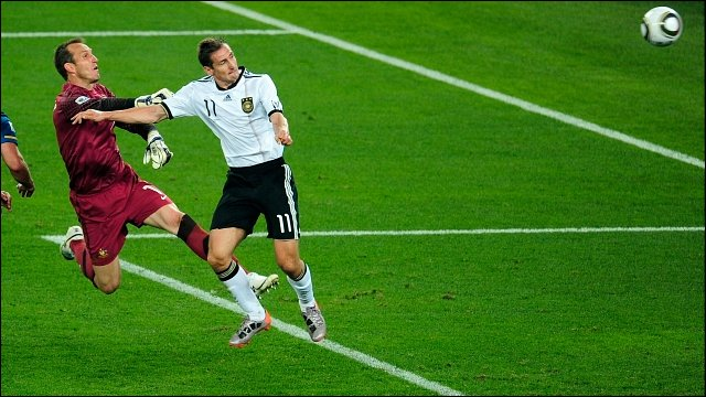 Miroslav Klose beats Mark Schwarzer