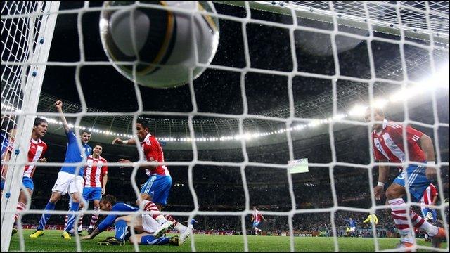 Daniele de Rossi scores for Italy