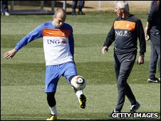 Arjen Robben (left) trains as van Marwijk looks on