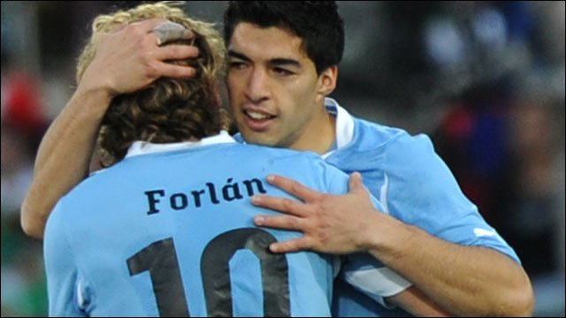 Diego Forlan celebrates with Luiz Suarez