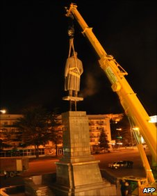 Crane removes Stalin statue overnight in Gori, his hometown