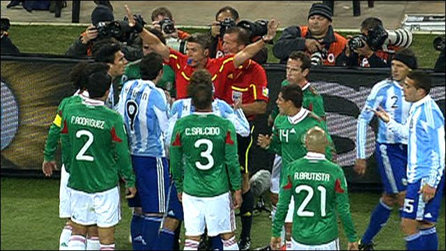 The referee waves the Mexico and Argentina players away