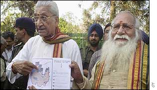 VHP leader Ashok Singhal shows map of proposed temple in Ayodhya