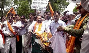 Shiv Sena activists burn Pakistani flag in Jammu after the attack