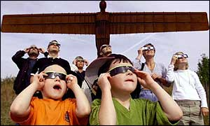Eclipse viewers in front of to Angel of the North sculpture