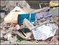 Parte del campo de refugiados donde vivía Naqsha cayó al río.