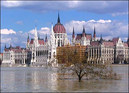 Parliament building in flooded Budapest (Photo: Chris X Vannerom)
