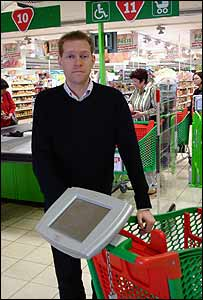 Money Programme presenter Max Flint with the Personal Shopping Assistant computer, as used by customers at the Metro Future Store in Rheinberg, Germany
