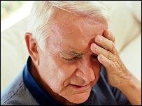 Hombre mayor tomándose la cabeza
