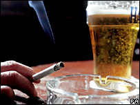 BBC NEWS | Health | Smoking 'reduces alcohol effect'