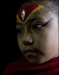 5fd7c6ca6a323 بي بي سي الالهة ساجاني تقبلها شقيقتها الكبرى لدى عودتها إلى الوطن استعادت  طفلة نيبالية عمرها 10 سنوات تعبد في بلادها كإلهة لقبها ...