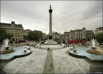 На Трафальгарской площади в Лондоне расставили 74 802 чашки чая: именно...