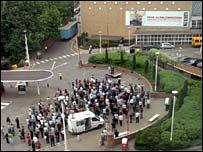 کارکنان بی بی سی در مقابل ساختمان تلویزیون بی بی سی