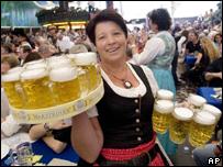 Тем временем в Германии начинается пивной фестиваль, в Эдинбурге в Шотландии...