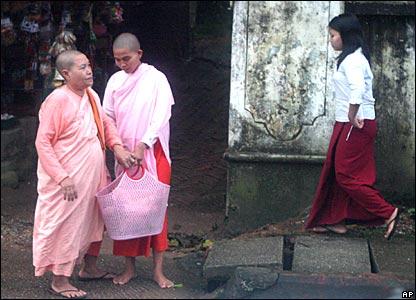Буддийские монахини в крупнейшем городе Бирмы Рангуне.
