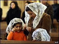 Tillbedjare på en kaldeisk kyrka i Bagdad (arkiv)