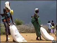 Mujeres reciben alimentos en Uganda