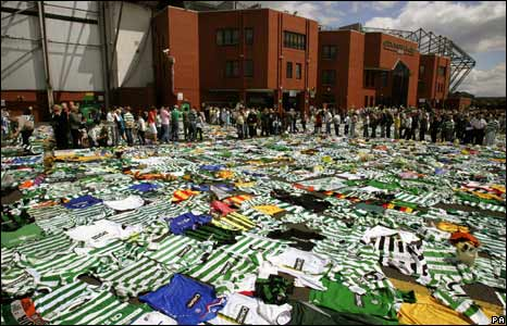 BBC NEWS | In Pictures | In pictures: Tommy Burns' funeral