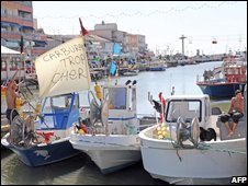 French fishermen set a blockade in the French southern harbor of Palavas (4 June 2008)