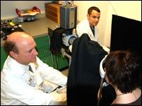 Los científicos de la Universidad de Michigan llevan a cabo la prueba ocular (FOTO: Universidad de Michigan)
