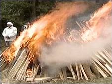 BBC NEWS   UK   England   Hindu fights for pyre 'dignity'