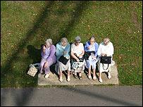 Mujeres ancianas sentadas en un parque.