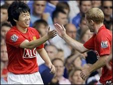 Ji-Sung Park is congratulated by Paul Scholes after scoring for Man Utd