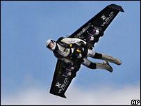 А до этого, в мае 2008 года, швейцарец Ив Росси (Yves Rossy), бывший военный летчик...