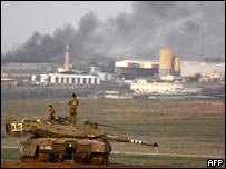 Израильская военная авиация во вторник нанесла удары по двум объектам в...