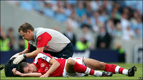 Van Persie receives treatment after clashing with Adebayor