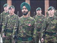 https://newsimg.bbc.co.uk/media/images/46712000/jpg/_46712155_armyrifle226.jpg