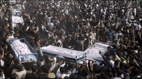 BBC News - Thousands mourn Karachi bomb dead
