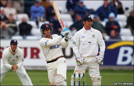 BBC Sport - Cricket - Jaik Mickleburgh's maiden century puts Essex