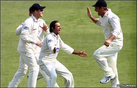 BBC Sport - Cricket - Martin-Jankins helps Sussex put Surrey under