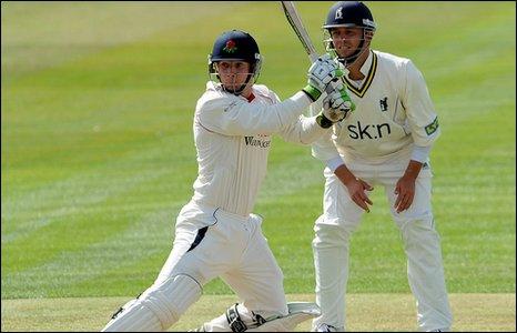 BBC Sport - Cricket - Warwickshire and Lancashire share first-day spoils